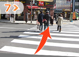 JR目黒駅の正面にある横断歩道を渡ります。