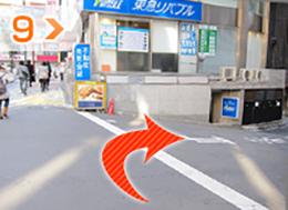 つ目の角を右に曲がります。不動産屋が目印です。